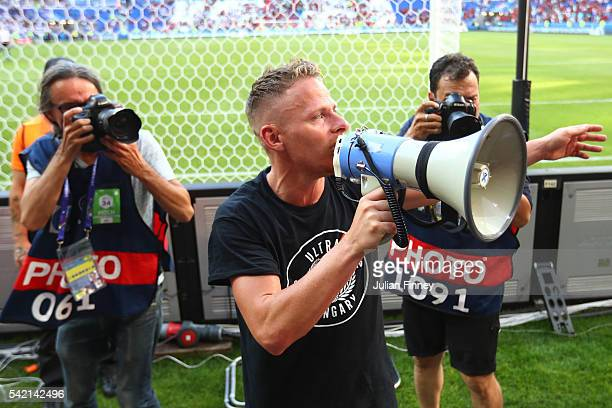 Balazs Dzsudzsak of Hungary applauds the supporters after the UEFA EURO 2016 Group F match between Hungary and Portugal at Stade des Lumieres on June...