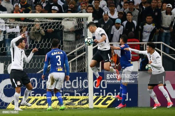 Balbuena of Corinthians scores their first goal during the match between Corinthians and Cruzeiro for the Brasileirao Series A 2017 at Arena...