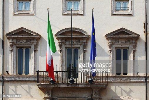 Balcone di Palazzo Chigi con bandiere italiana ed europea : Foto stock