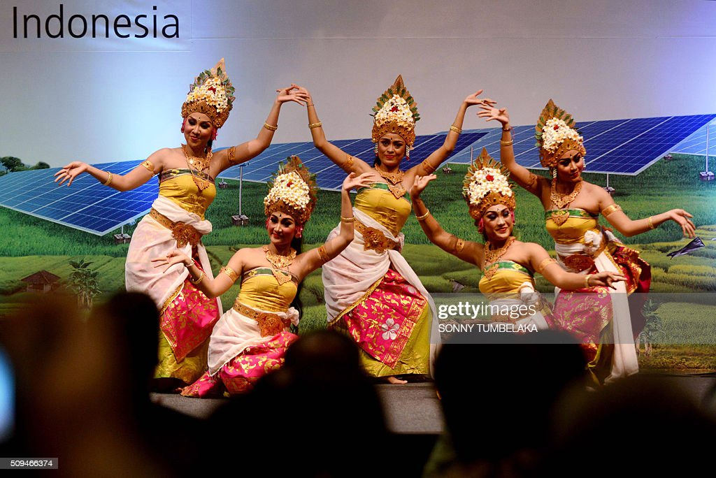 Balinese dancers perform a traditional dance at the start of the opening ceremonies for the Bali Clean Energy Forum (BCEF) 2016 in Nusa Dua on Indonesia's resort island of Bali on February 11, 2016. Indonesia is hosting the forum from February 11 to 12. AFP PHOTO / SONNY TUMBELAKA / AFP / SONNY TUMBELAKA