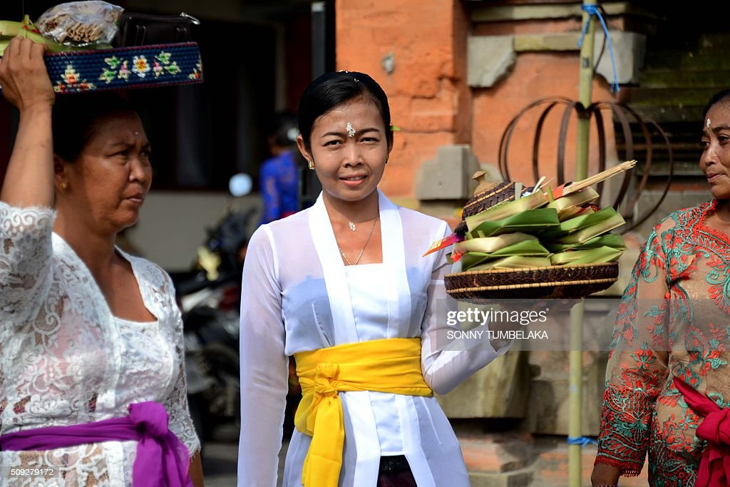 A Balinese woman holds offerings at a temple to celebrate Galungan day in Jimbaran, on Indonesia's resort island of Bali on February 10, 2016. Galungan Day is a holiday celebrated by Balinese as a sign of victory of good against evil. AFP PHOTO/SONNY TUMBELAKA / AFP / SONNY TUMBELAKA