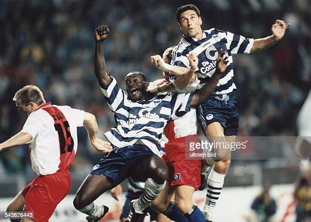 Während des Bundesligaspiels Hertha BSC HSV am 2981997 springen die Fußballspieler Stefan Böger Alphonse Tchami und Sixten Veit gleichzeitig hoch