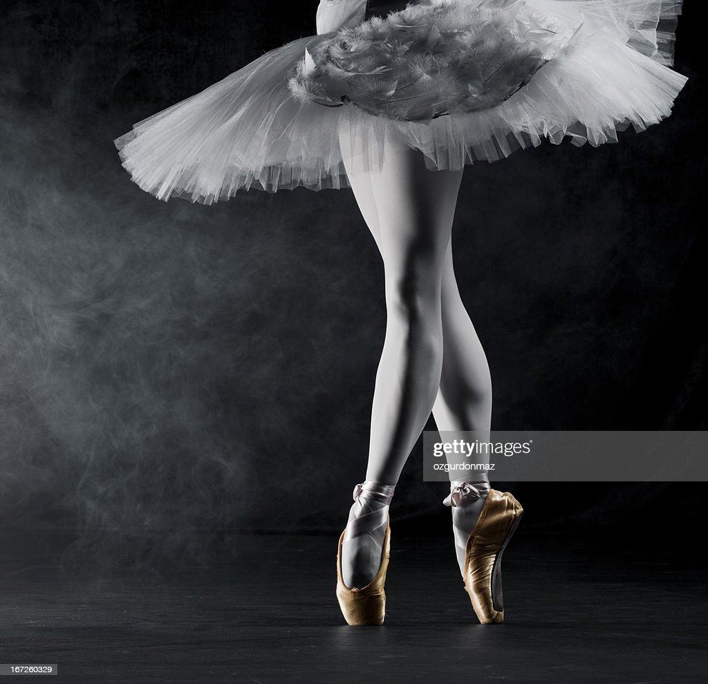 Ballerina en pointe on stage : Stock Photo