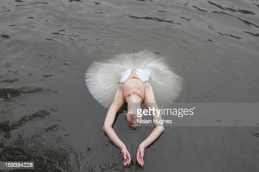 Ballerina in tutu performing on water : Foto stock