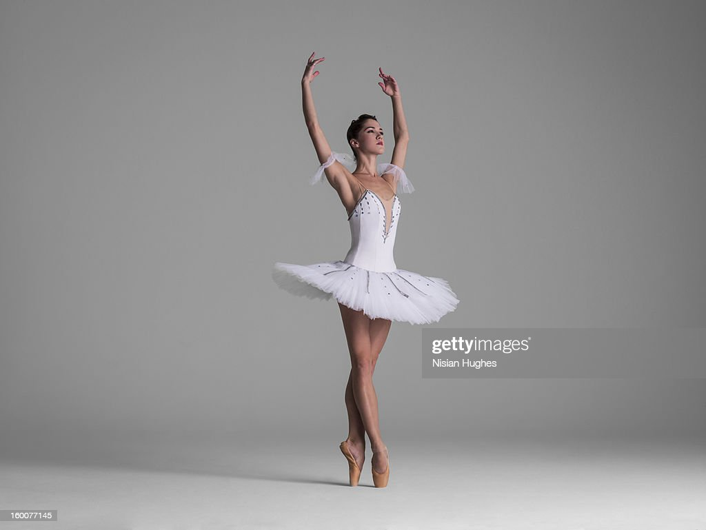 ballerina on point in Releve? Fifth Position : Stock Photo