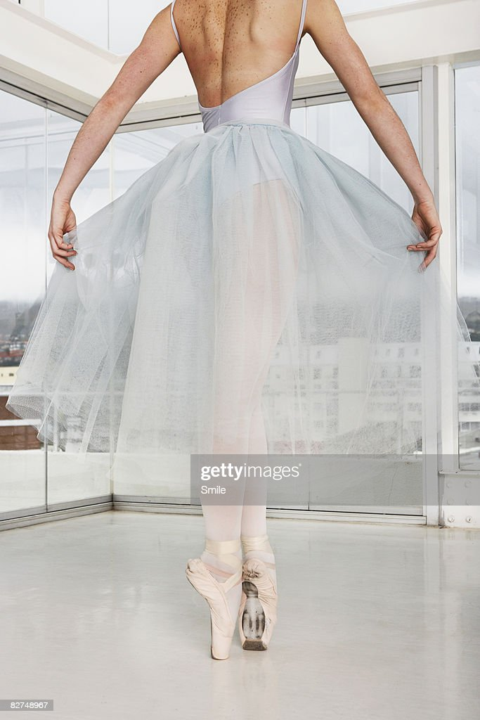 Ballerina on point, legs and shoulders only : Stock Photo
