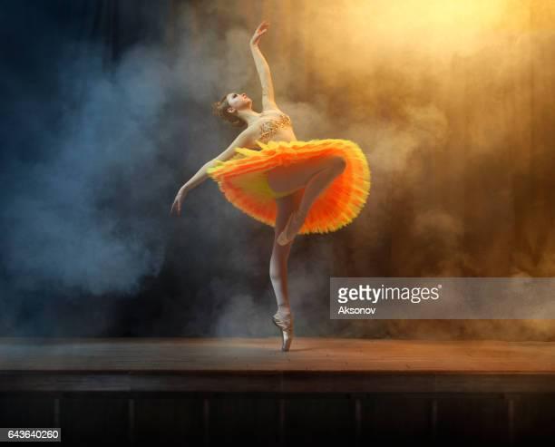 Danseur de ballet sur scène dans l'espace