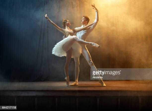 Balletdansers het uitvoeren van op het podium in theater