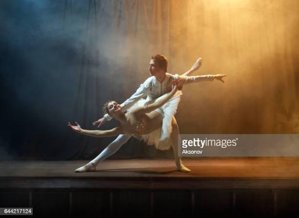 Danseuses de ballet performance sur scène au théâtre