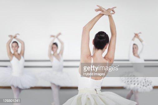 Ballet dancers posing in studio : Foto de stock