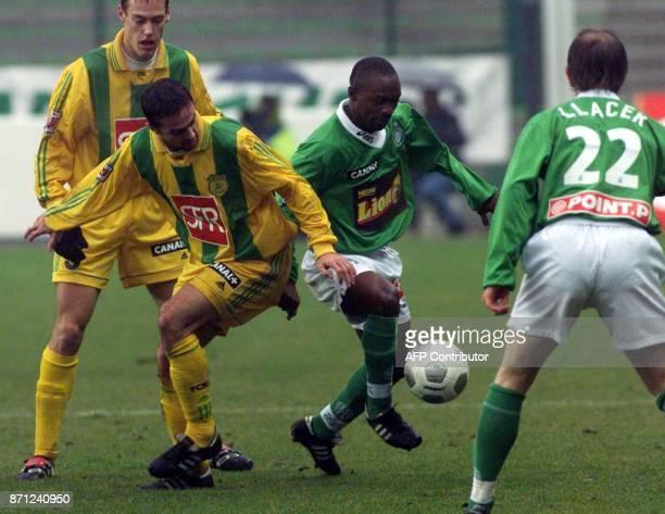 ballon au pied le Stéphanois Tchiressoua Guel auteur du 1er but soutenu par Francis Llacer devance les Nantais Frédéric Da Rocha et Nicolas Gillet...