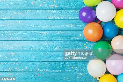 Globos y confeti frontera. Fondo de cumpleaños o fiesta. Tarjeta de felicitación de fiesta. : Foto de stock