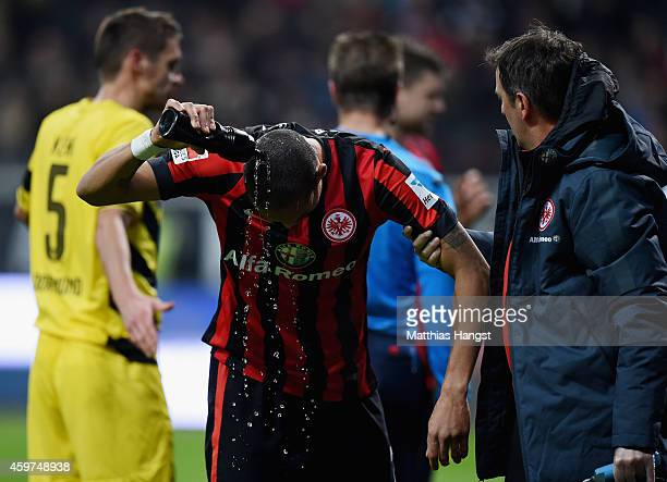 Bamba Anderson of Eintracht Frankfurt throws water over his head during the Bundesliga match between Eintracht Frankfurt and Borussia Dortmund at...