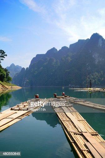 Bambu rafting em Ratchaprapa de surat-thani, Tailândia : Foto de stock