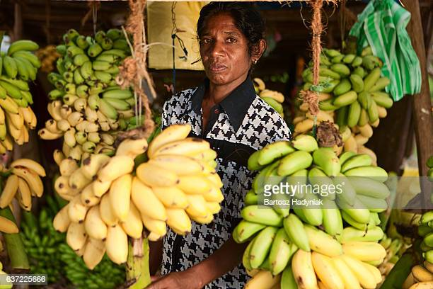banane le vendeur dans le magasin. Sri Lanka