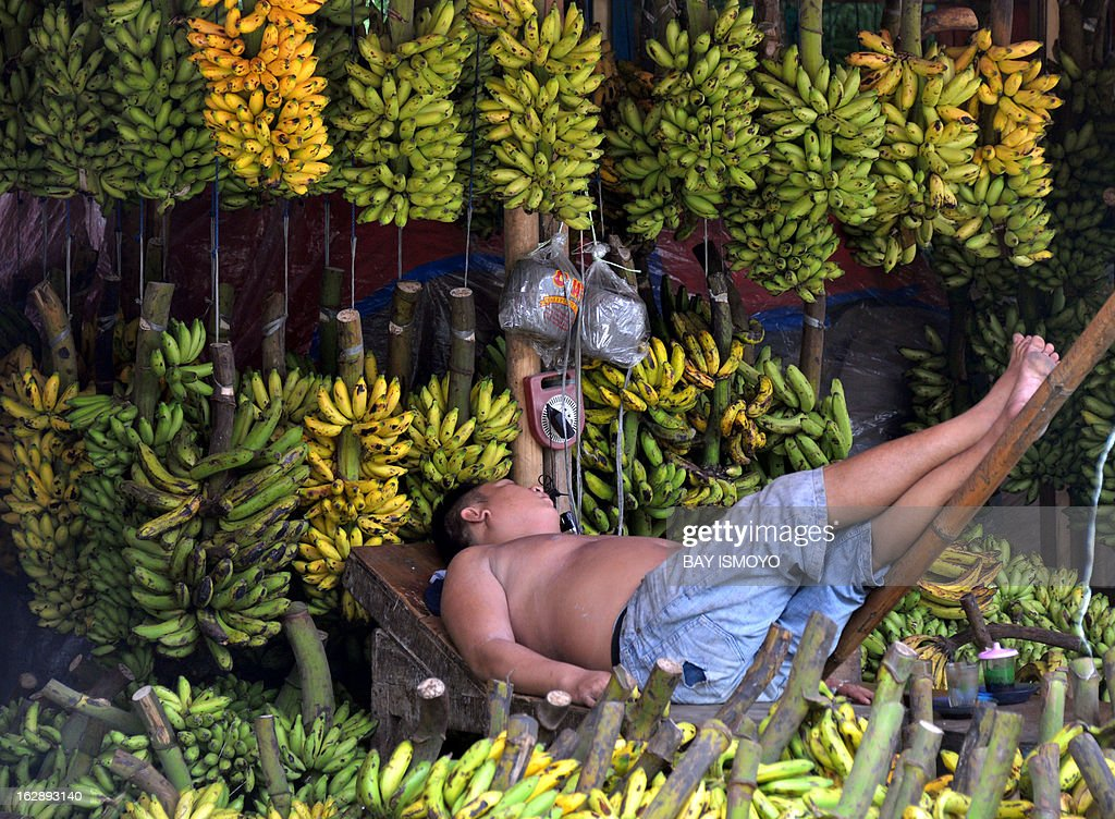 A banana vendor takes a nap at his kiosk at Babakan market in Tangerang, Banten province on March 1, 2013. Indonesian inflation in February hit a 20-month high after government measures to limit commodity imports pushed up consumer prices, an official said. AFP PHOTO / Bay ISMOYO
