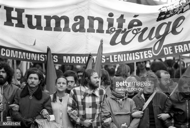 Banderole du quotidien L'Humanité Rouge lors de la manifestation d'extrêmegauche le 1er mai 1976 à Paris France