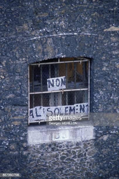 Banderole Non A L'Isolement a la fenetre d'une cellule de la prison de la Sante le 22 juillet 1988 a Paris France