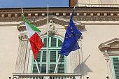 Bandiere dell'Europa e dell'Italia sul balcone del Quirinale, palazzo presidenziale della Repubblica Italiana, a Roma.