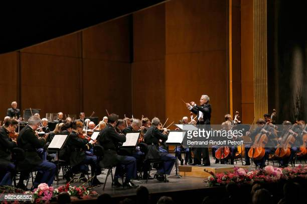 Bandmaster Francois Boulanger performs with the Symphonic Orchestra of the 'Garde Republicaine' during the 25th 'Gala de l'Espoir' at Theatre des...