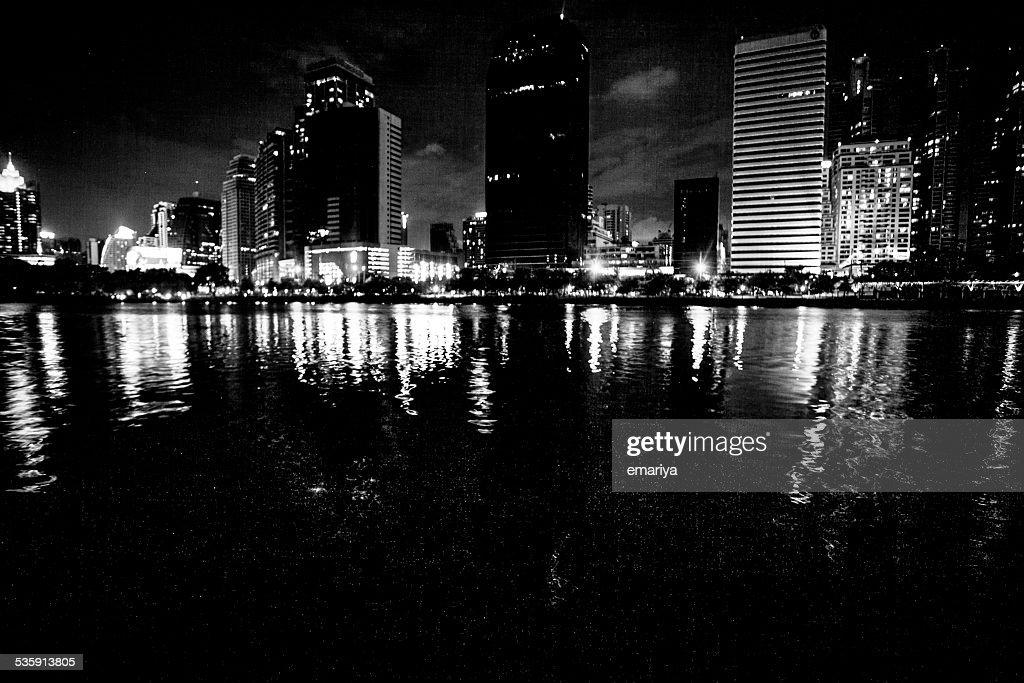 Vista de la ciudad de Bangkok por la noche con estanque en Y negra : Foto de stock