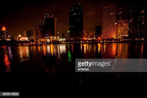 Vista de la ciudad de Bangkok por la noche con estanque : Foto de stock