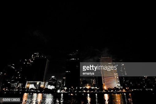 Haste de cidade de Banguecoque à noite com pond : Foto de stock