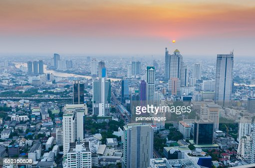 Bangkok Cityscape, Business district with high building at dusk (Bangkok, Thailand) : Bildbanksbilder