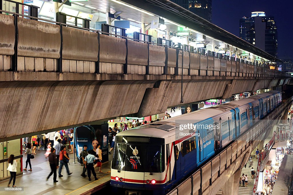 A Bangkok Mass Transit System Pcl SkyTrain, a unit of BTS Group Holdings Pcl, stops at a platform at Siam Station at night in central Bangkok, Thailand, on Thursday, April 4, 2013. The BTS Rail Mass Transit Growth Infrastructure Fund, backed by Bangkok's SkyTrain, raised about 62.5 billion baht ($2.1 billion) in Thailand's biggest initial public offering. Photographer: Dario Pignatelli/Bloomberg via Getty Images