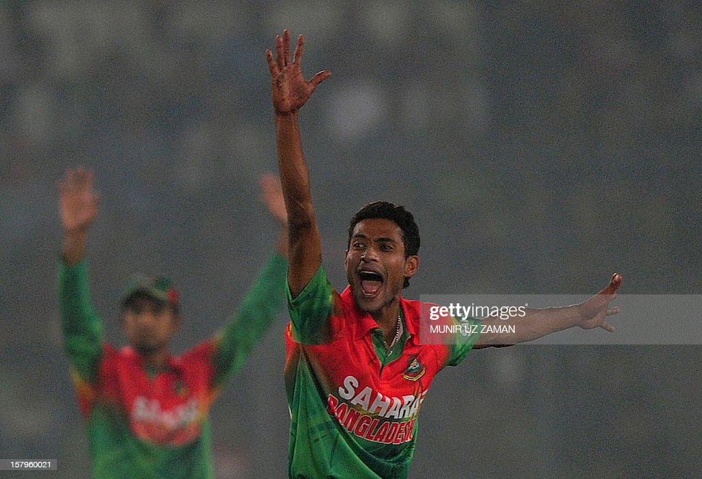 Bangladesh cricketer Shafiul Islam (R) apples successfully for leg before wicket decision against West Indies batsman Kemar Roach during the fifth one day international between Bangladesh and West Indies at The Sher-e-Bangla National Cricket Stadium in Dhaka on December 8, 2012. AFP PHOTO/ Munir uz ZAMAN