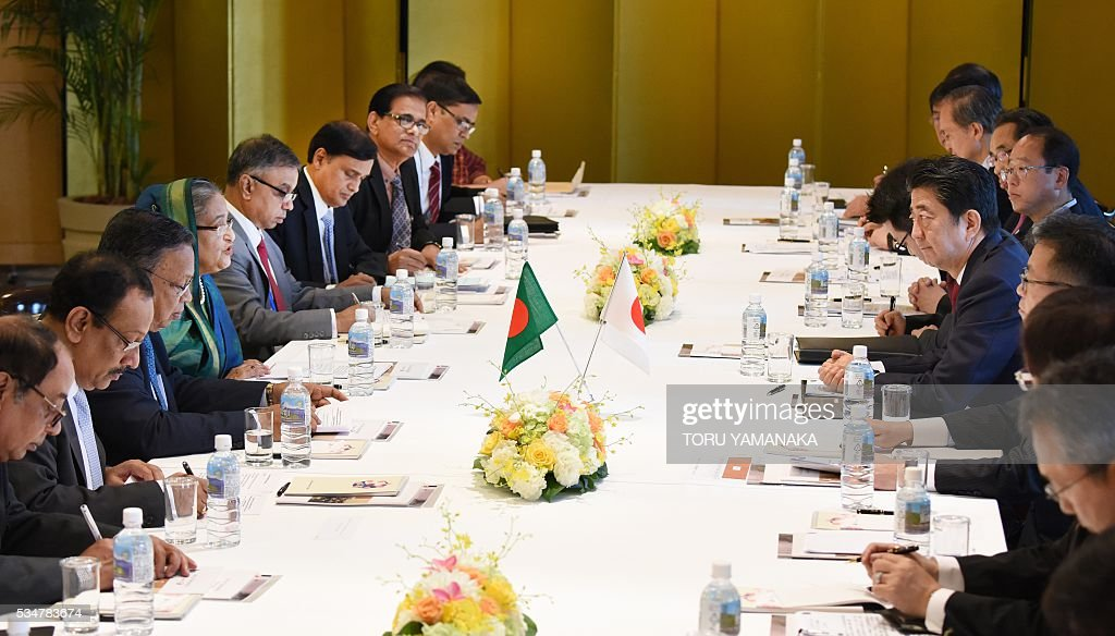 Bangladesh Prime Minister Sheikh Hasina (4th L) speaks with Japanese Prime Minister Shinzo Abe (4th R) during their talks in Nagoya, central Japan, on May 28, 2016. Hasina came to Japan to attend the Group of Seven (G7) summit meeting in Ise. / AFP / POOL / TORU