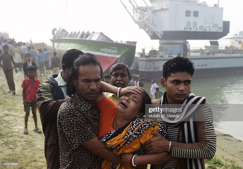 Bangladesh residents react after finding the body of a relative following a ferry accident at Paturia some 70kms east of Dhaka on February 23, 2015. The death toll in a ferry accident in central Bangladesh soared to 69 on February 23, after more bodies were recovered from the overcrowded boat which sank within minutes of colliding with a cargo vessel. AFP PHOTO/Munir uz ZAMAN