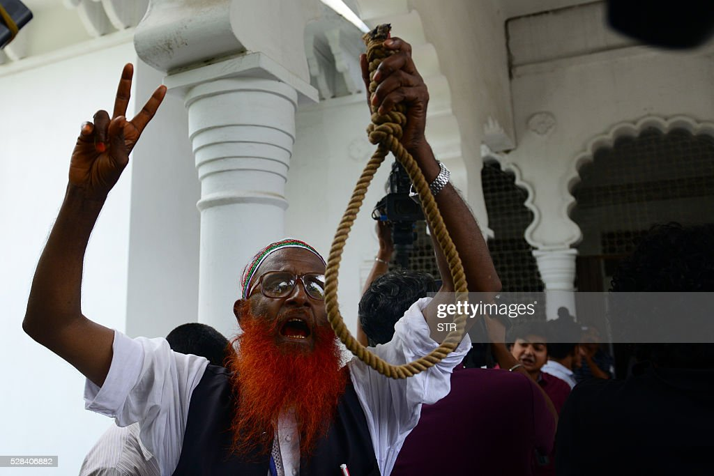Bangladeshi activists who fought in the 1971 war celebrate after a review petition relating to Jamaat-e-Islami leader Motiur Rahman Nizami's reprieve petition by The Supreme Court in Dhaka on May 5, 2016. Bangladesh's Supreme Court upheld the death sentence of top Islamist party leader Motiur Rahman Nizami for war crimes, paving the way for his execution within days.Nizami, head of Bangladesh's biggest Islamist party Jamaat-e-Islami, was convicted of murder, rape and orchestrating the killing of intellectuals during the country's 1971 independence struggle. / AFP / STR