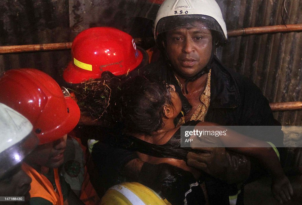 Bangladeshi fire fighters retrieve a dead body after a landslide in Chittagong on June 27, 2012. Nearly 90 people have been killed in landslides in southeast Bangladesh after three days of rains that triggered flash floods and severed transport links, officials said. AFP PHOTO/ STR