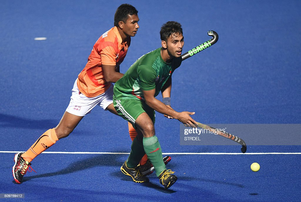 Bangladeshi hockey player Farhad Shetul (L) takes control of the ball as Bangaldesh play Sri Lanka for the bronze medal during the 12th South Asian Games 2016 in Guwahati on February 12, 2016. AFP PHOTO / Biju BORO / AFP / STRDEL