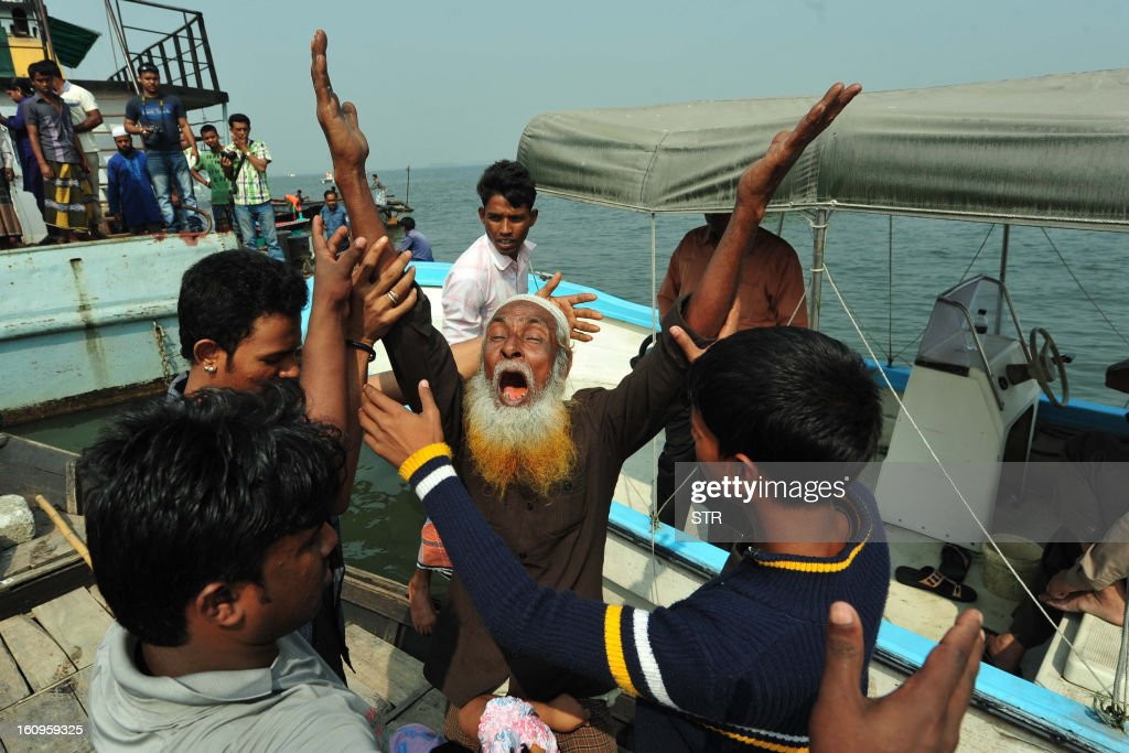 A Bangladeshi man mourns the loss of his relative after a ferry accident in Munshiganj on February 8, 2013. Scores of people were missing after a ferry carrying around 100 passengers sank following a collision on a river in Bangladesh Friday, the latest in a series of disasters blamed on lax safety standards. AFP PHOTO