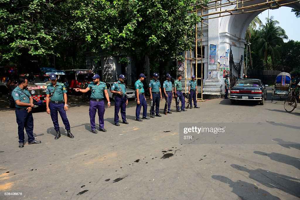 Bangladeshi police officials stand guard following a reprieve petition of Jamaat-e-Islami leader Motiur Rahman Nizami's death sentence by The Supreme Court in Dhaka on May 5, 2016. Bangladesh's Supreme Court has upheld the death sentence of top Islamist party leader Motiur Rahman Nizami for war crimes, paving the way for his execution within days.Nizami, head of Bangladesh's biggest Islamist party Jamaat-e-Islami, was convicted of murder, rape and orchestrating the killing of intellectuals during the country's 1971 independence struggle. / AFP / STR