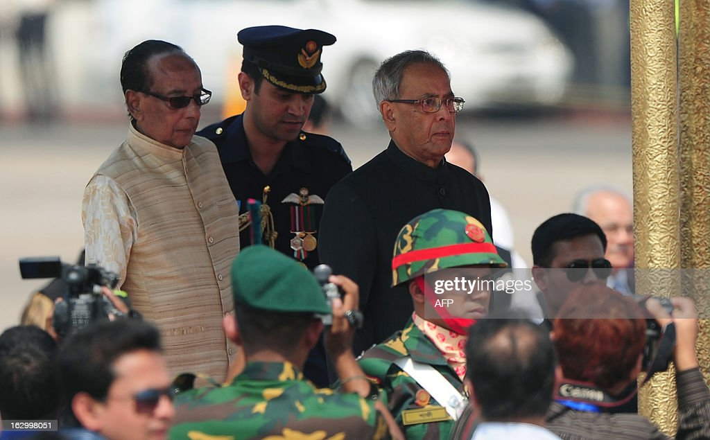 Bangladeshi President Zillur Rahman (L) and his Indian counterpart Pranab Mukherjee (R) stand together after Mukherjee arrived at Hazrat Shahjalal International Airport in Dhaka on March 3, 2013, at the start of a state visit. Mukherjee is on a three-day state visit to Bangladesh until March 5. AFP PHOTO/Munir uz ZAMAN