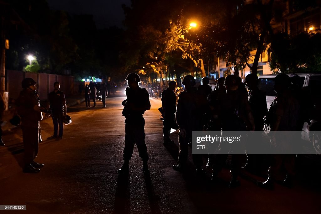 Bangladeshi security personnel stand guard after gunmen stormed a restaurant in Dhaka's high-security diplomatic district early on July 2, 2016. Gunmen stormed a crowded restaurant popular with foreigners in the Bangladeshi capital on July 1 night, apparently taking diners hostage and sparking a firefight with police in which at least two officers were killed, police and witnesses said. / AFP / STR