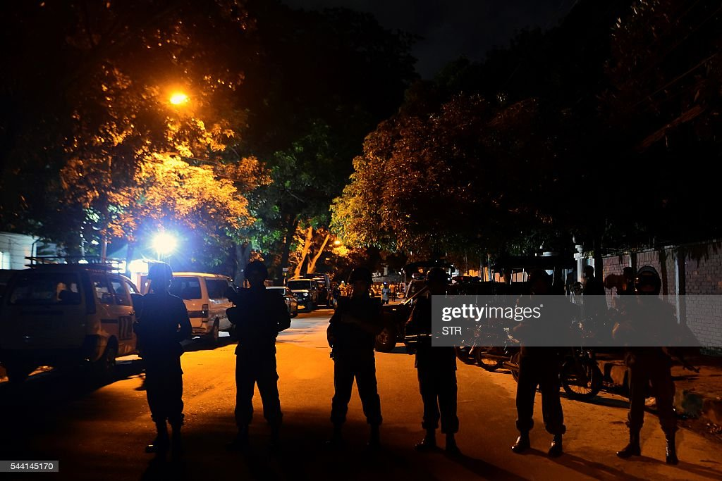 Bangladeshi security personnel stand guard outside a restaurant during an attack in Dhaka's high-security diplomatic district early on July 2, 2016. Gunmen stormed a crowded restaurant popular with foreigners in the Bangladeshi capital on July 1 night, apparently taking diners hostage and sparking a firefight with police in which at least two officers were killed, police and witnesses said. / AFP / STR