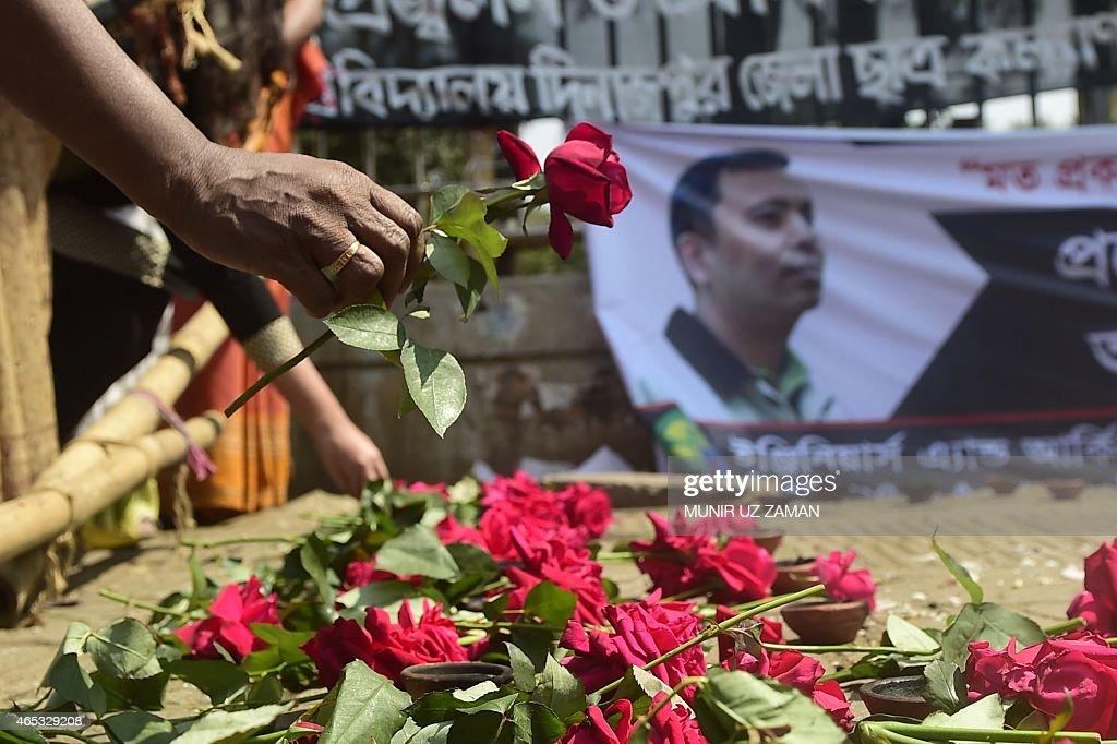 A Bangladeshi social activist pays his last respects to slain US blogger of Bangladeshi origin and founder of the MuktoMona blog site Avijit Roy in...