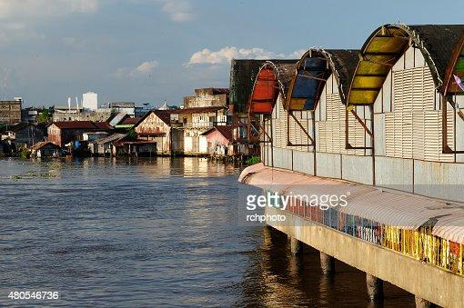 Banjarmasin ciudad, en la isla de Borneo, Indonesia : Foto de stock