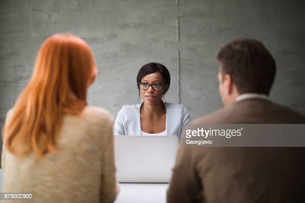 Bank financial advisor in Treffen mit Paar