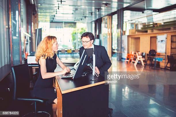 Banque réceptionniste aidant le client, homme d'affaires