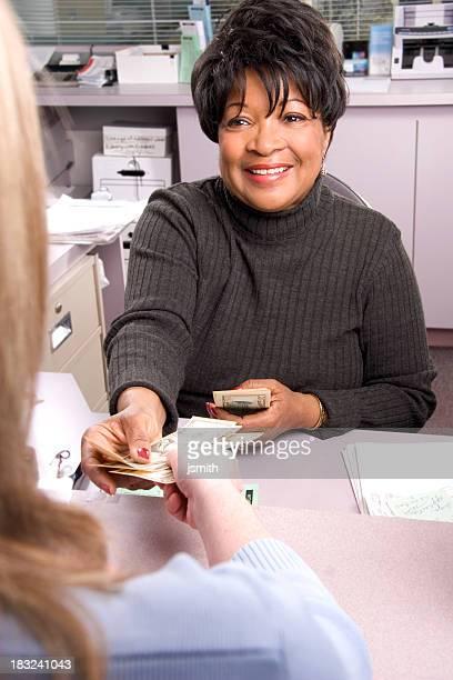 Cajero de banco sonrisa con el cliente