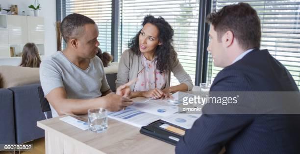Banquier, discutant avec couple