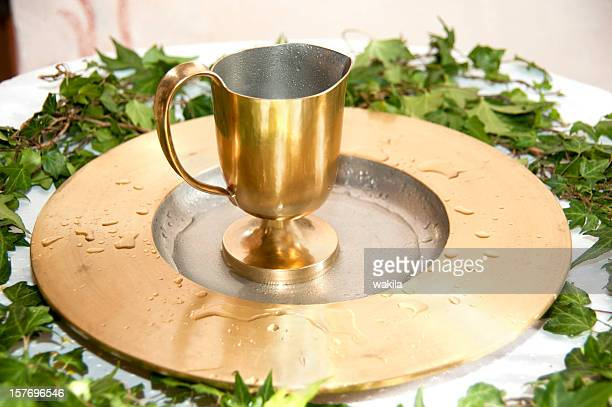 Baptême goldener Kelch suis Taufbecken
