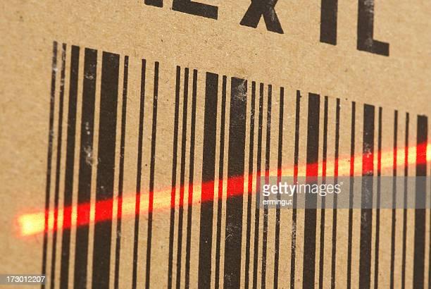 Primo piano di un codice a barre con raggio laser su di esso