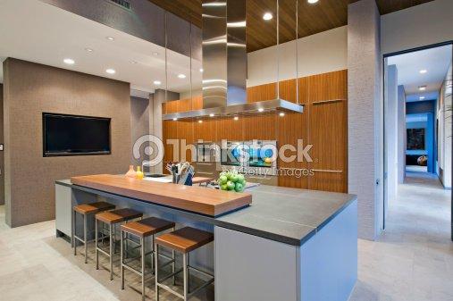 Banquetas desayunando en la cocina foto de stock thinkstock - Banquetas de cocina ...