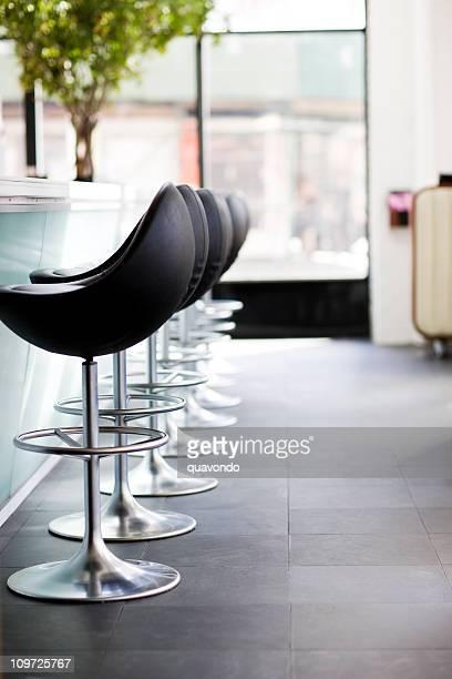 Barhockern im modernen Restaurant, leer, Textfreiraum